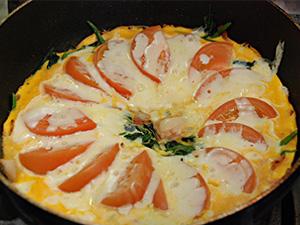 ホウレンソウとトマトとチーズの卵とじ